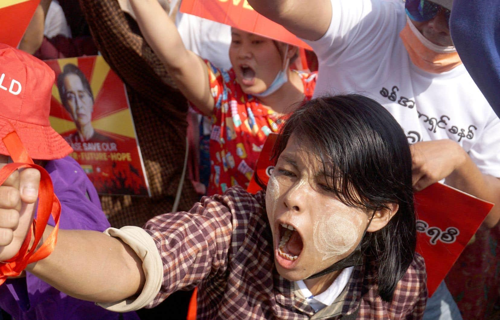 Des manifestants dénonçaient le coup d'État militaire, mardi, devant la Banque centrale myanmaraise, à Rangoun.