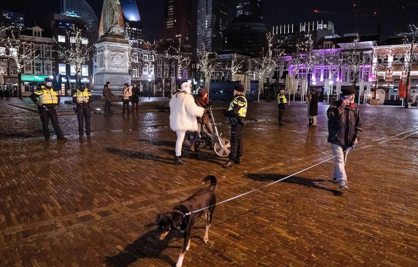 Des policiers veillaient mardi à faire appliquer le couvre-feu à La Haye, aux Pays-Bas.