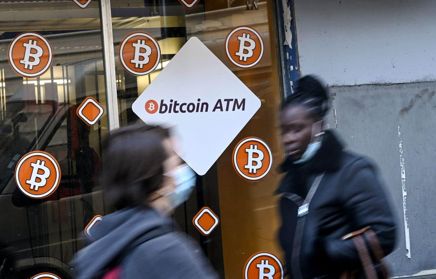 Plusieurs banques centrales ont écarté l'idée de considérer le bitcoin comme une monnaie à part entière. Sur la photo, un point de vente pour l'achat de bitcoins à Marseille, en France.