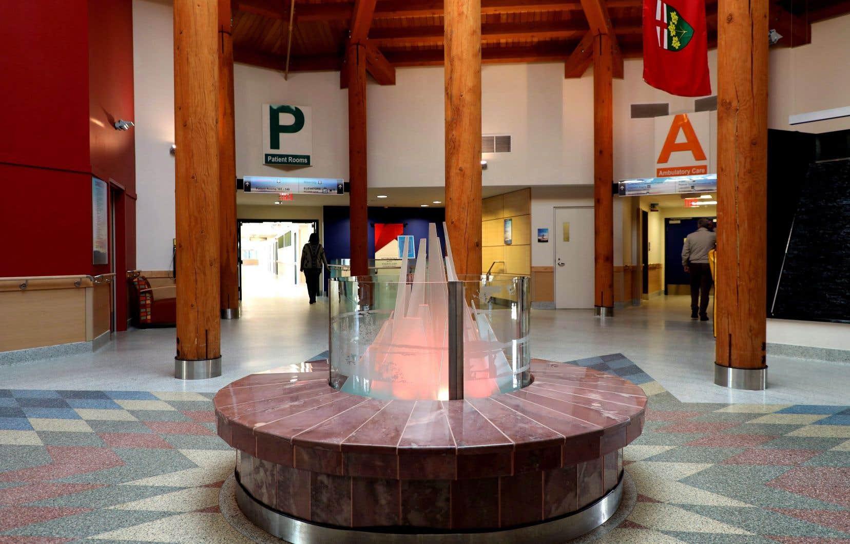 Treize traducteurs de la nation anichinabée travaillent à  l'hôpital Meno Ya Win de Sioux Lookout, en  Ontario. De plus, une formation de quatre jours en sécurisation culturelle est suivie par  l'ensemble  du personnel  qui y travaille.