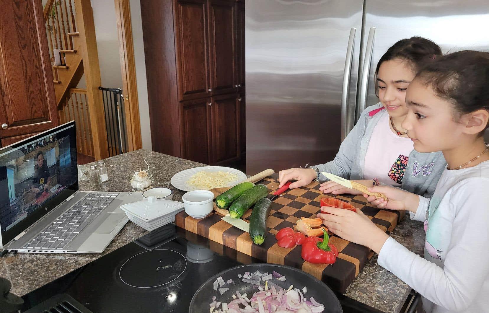 La multiplication des ateliers de cuisine virtuels confirme que les plaisirs de la table ont toujours le pouvoir de rassembler. L'entreprise C'est moi le chef ! propose d'ailleurs des ateliers destinés aux enfants.