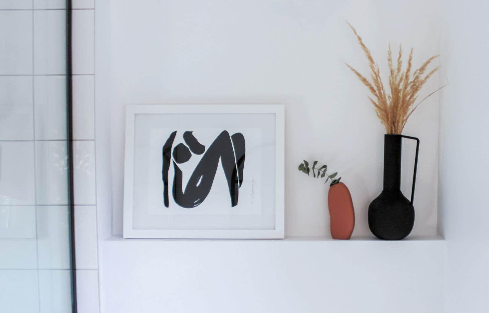 Pour mettre en valeur une toile, le studio de design Les Casanières suggère notamment de choisir des éléments qui auront pour effet de rediriger le regard vers l'objet.