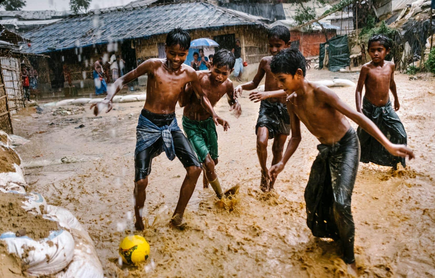 Des enfants jouent, l'adversité ne venant pas à bout de leurs rires mêlés…