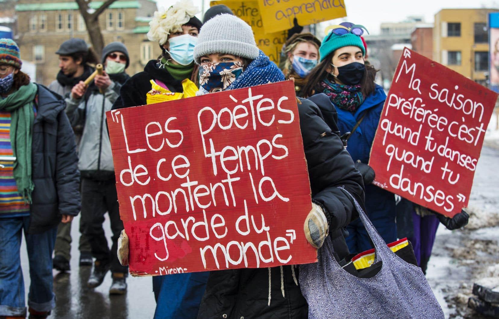 Des artistes se sont réunis jeudi au métro Papineau pour revendiquer la possibilité de rouvrir les lieux de diffusion des arts vivants.