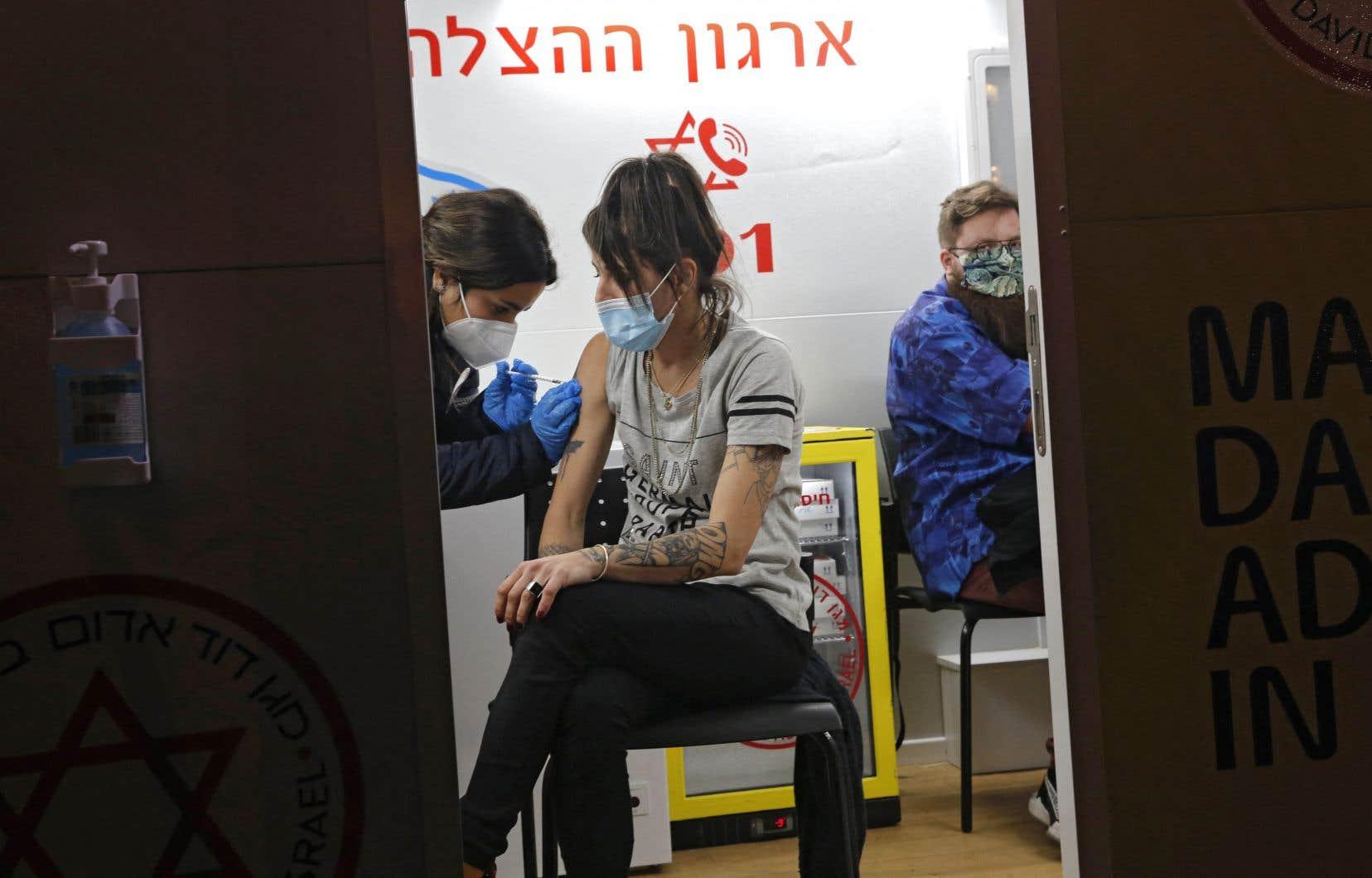L'État hébreu a lancé le 19 décembre une vaste campagne de vaccination contre la COVID-19 en échange de données biomédicales sur l'effet du vaccin.