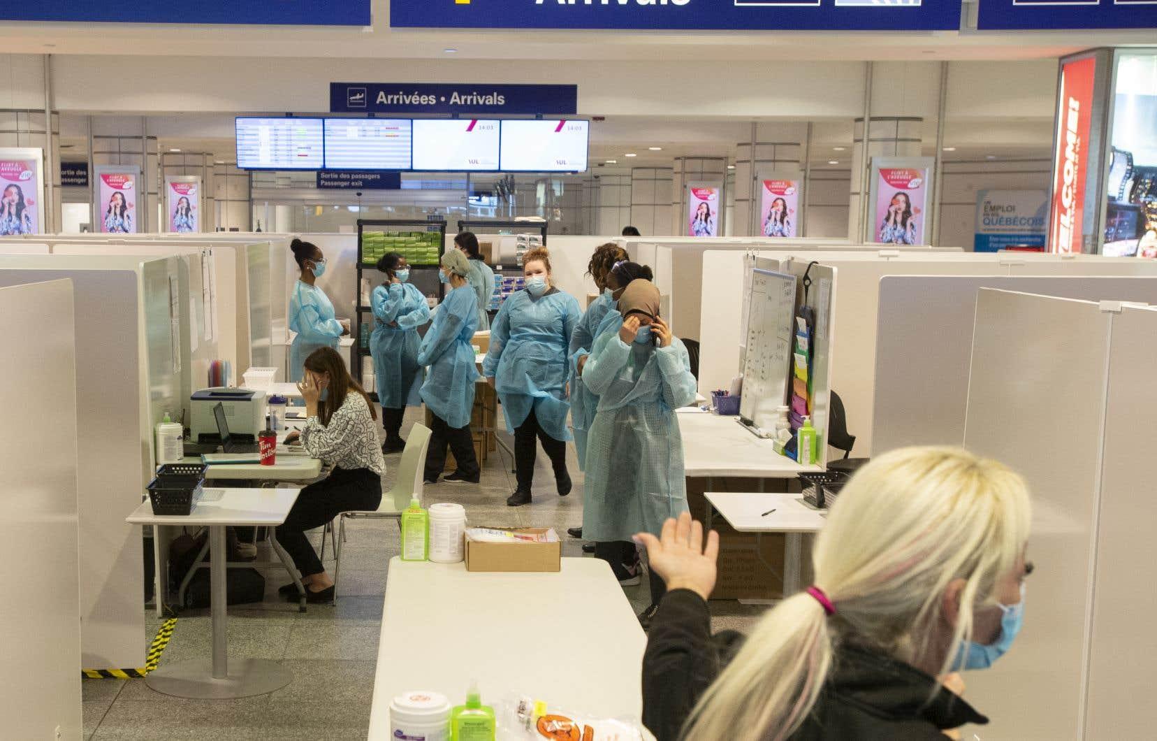 À compter de lundi, les personnes arrivant au Canada par voie aérienne devront s'isoler à l'hôtel en attendant le résultat de leur test de dépistage de la COVID-19 qu'ils auront subi à leur arrivée.