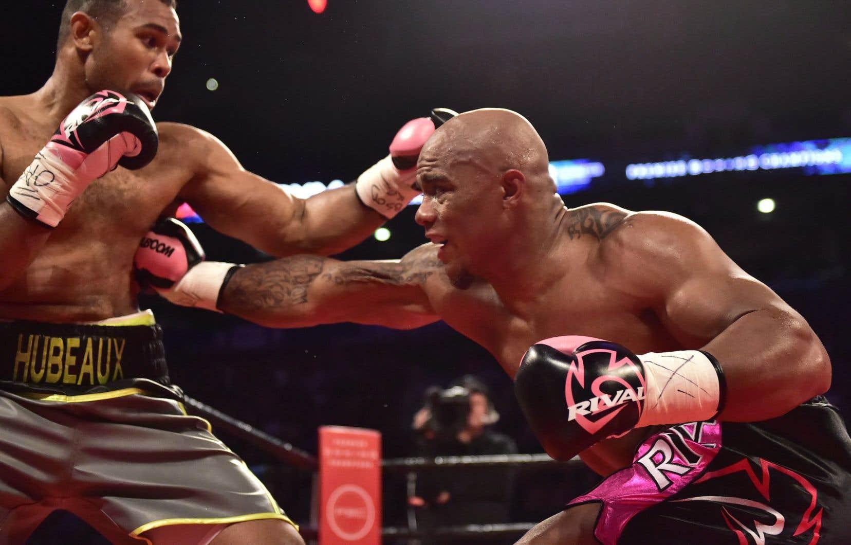 Le super-lourd-léger Oscar Rivas (à droite) affrontera Sylvera Louis en finale dans un combat de huit rounds.