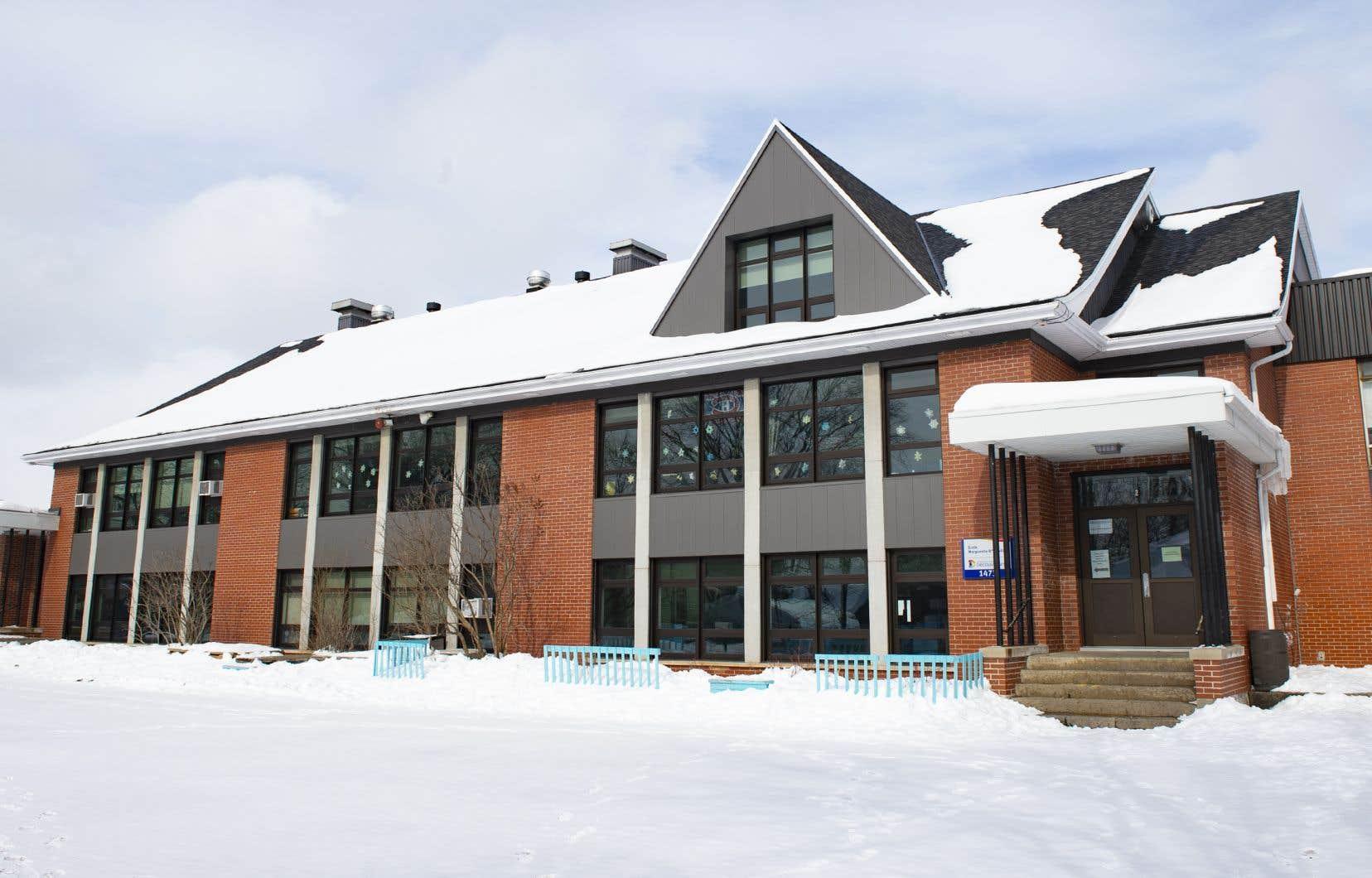 Trois classes étaient déjà fermées depuis le 9 février en raison de six cas de COVID-19. La fermeture complète entraîne la fermeture de 11 classes supplémentaires.