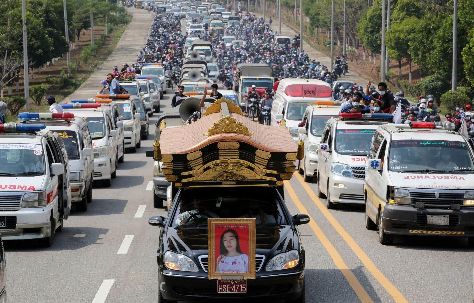 Les funérailles de Mya Thwate Thwate Khaing, blessée par balles à la tête et décédée vendredi, ont eu lieu dans la périphérie de la capitale Naypyidaw.
