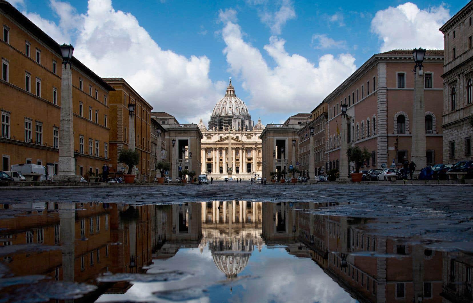 Sur la Via della Conciliazione, à Rome, débouchant sur la place Saint-Pierre, l'Église a fait construire des immeubles entiers, dont elle est toujours propriétaire.