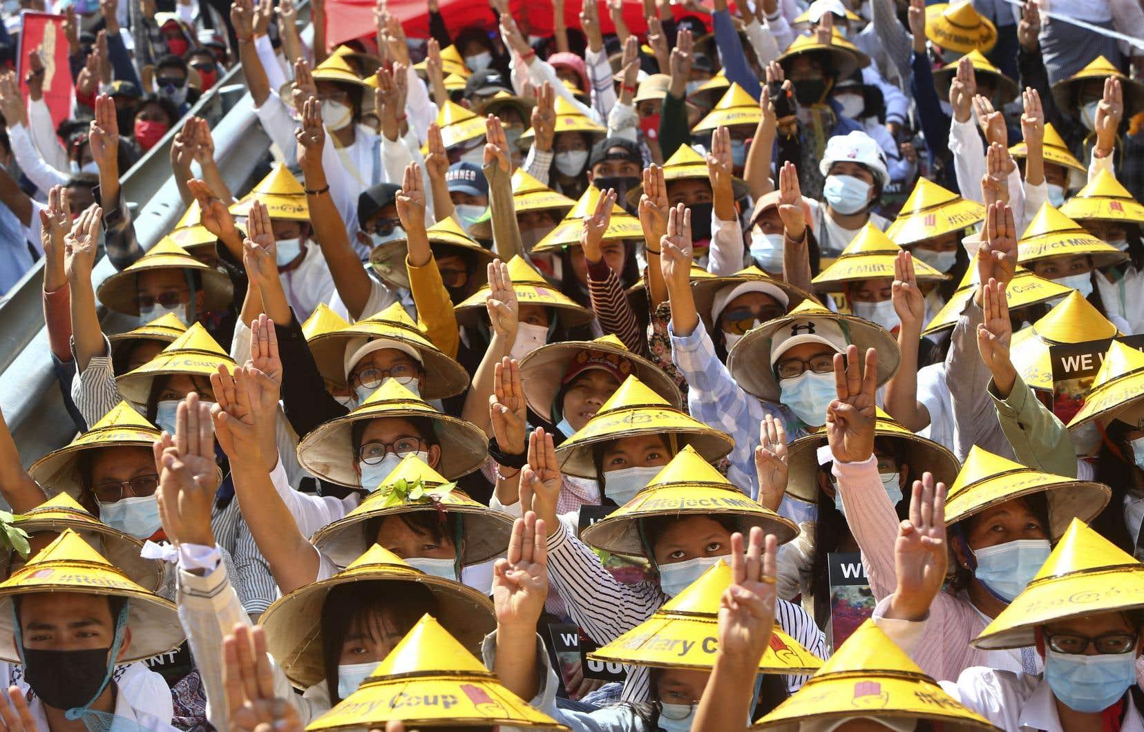 Des centaines de milliers de personnes ont manifesté lundi au Myanmar pour dénoncer de nouveau le coup d'État militaire.