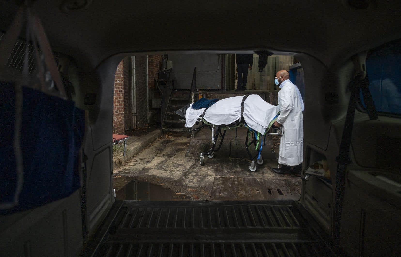 Aux États-Unis,Le seuil des 400000 décès avait été dépassé il y a environ un mois seulement, en janvier.