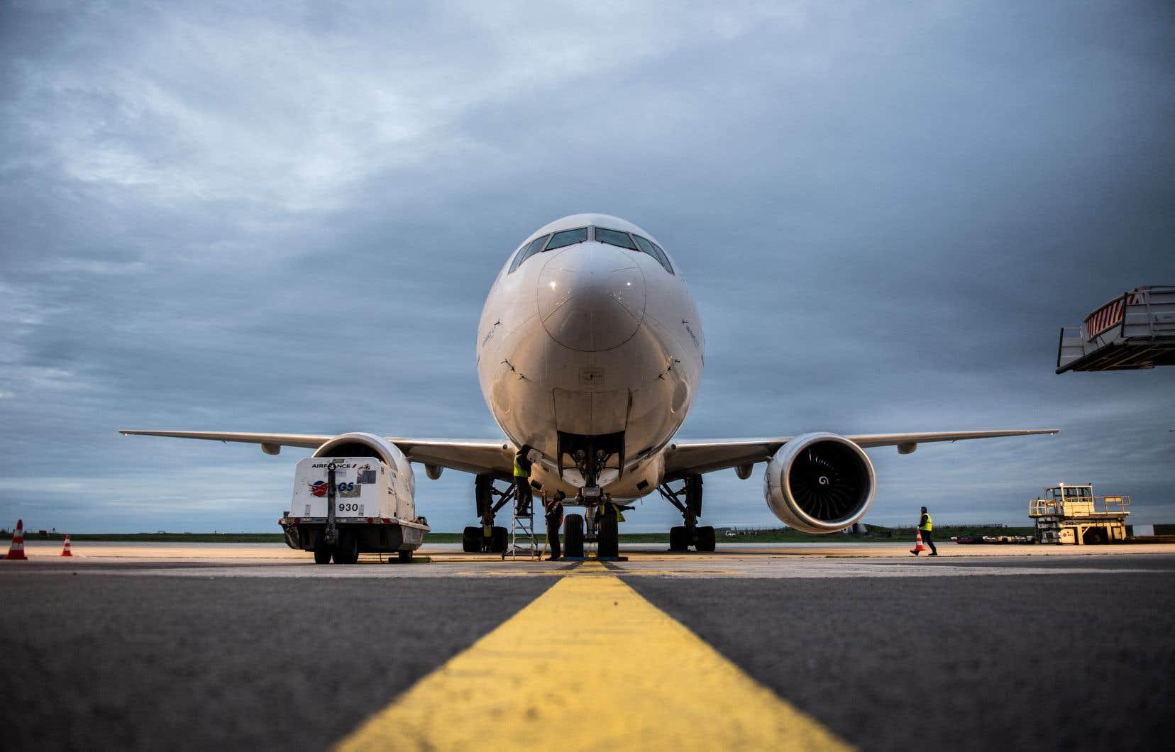 Les 128 Boeing 777 équipés du modèle de moteur mis en cause dans l'incident actuellement en service ou stocké ont été cloués au sol dans le monde le temps d'être inspectés.