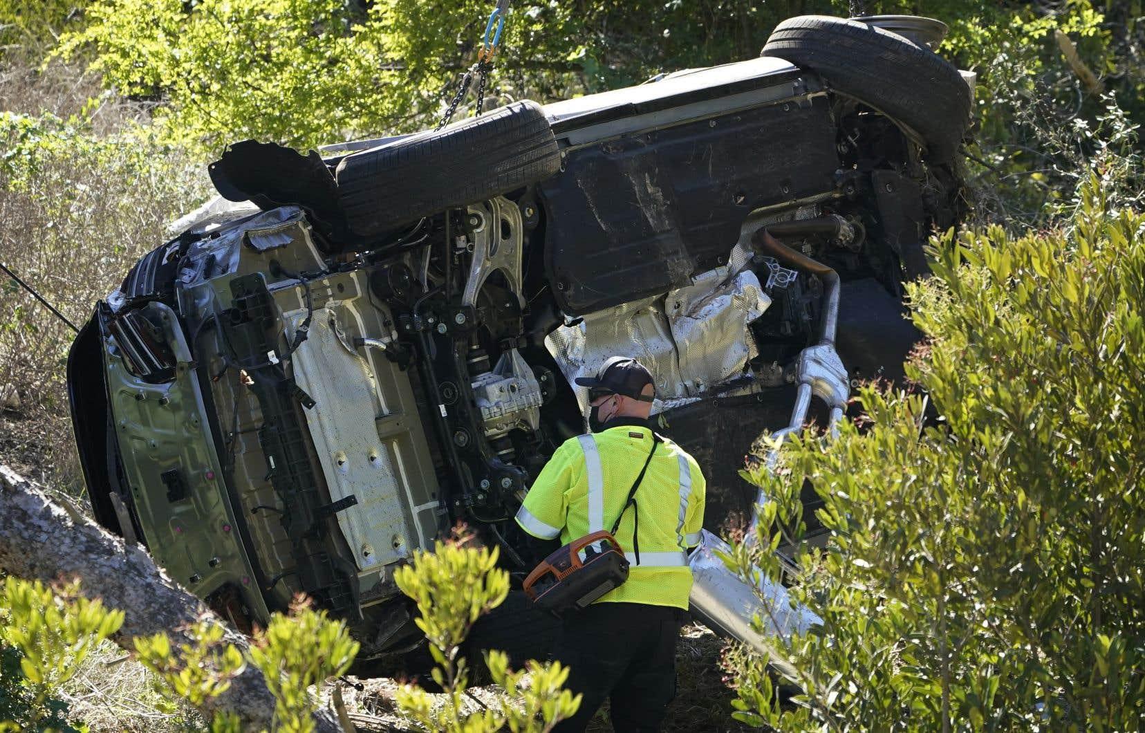 Les secours ont dû utiliser un outil spécialisé et une hache pour extraire de sa voiture Tiger Woods, qui a ensuite été évacué vers un hôpital voisin disposant d'une unité de traumatologie, ont expliqué les autorités, mardi.