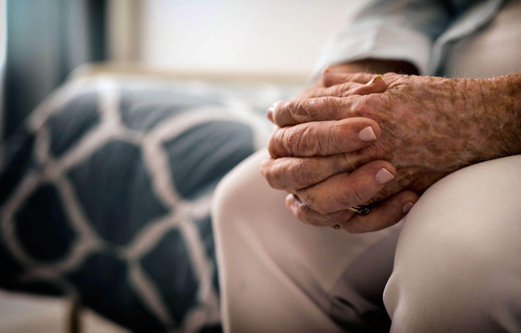 «Les personnes âgées en perte d'autonomie ont été vaccinées contre la COVID-19, pas contre la maltraitance», écrit l'auteur.