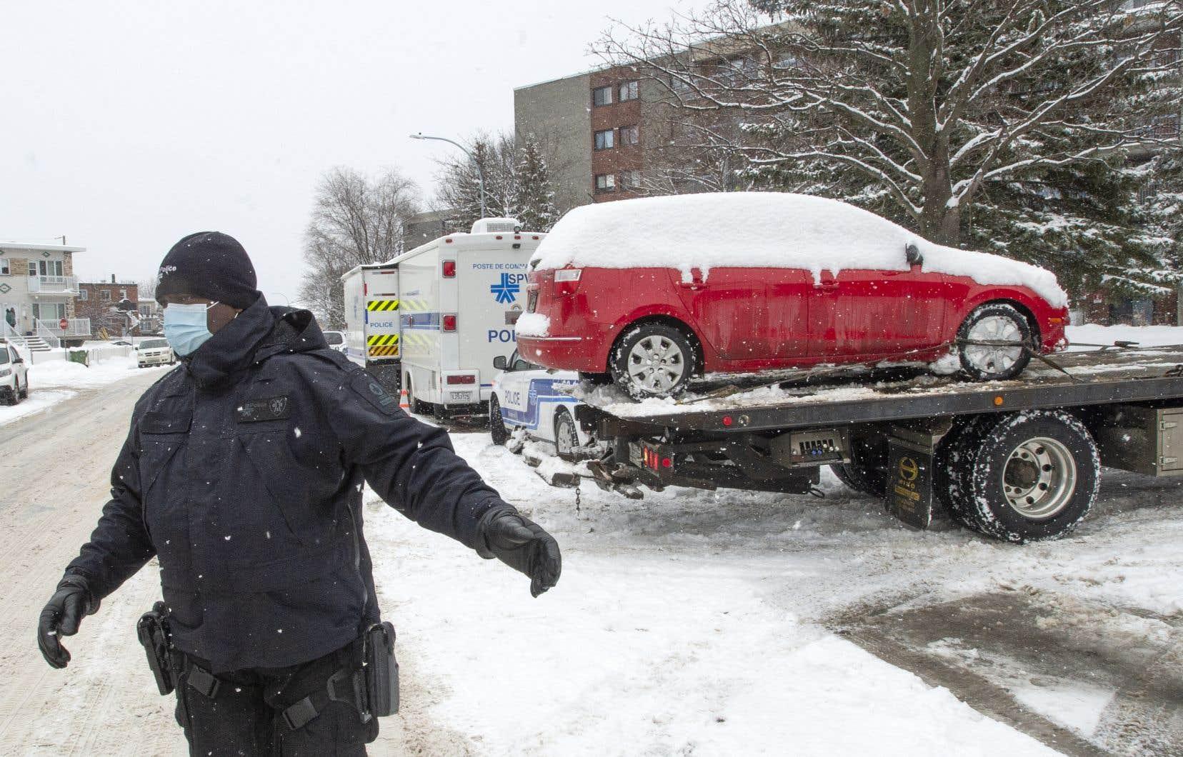 Un poste de commandement a été déployé à LaSalle au début du mois de février près d'un stationnement où la voiture volée par le suspect aurait été retrouvée.