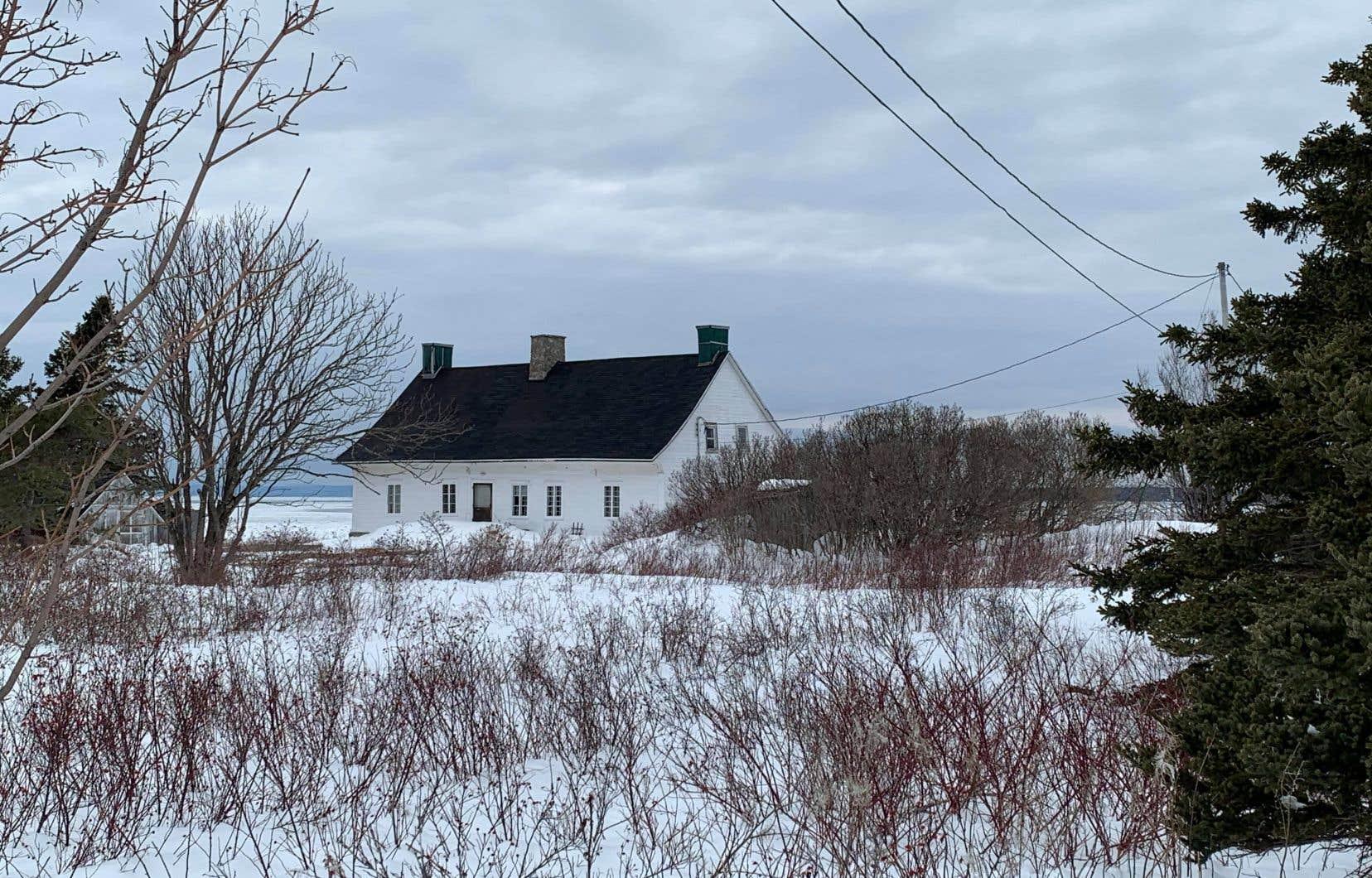 Construite entre 1803 et 1815, la résidence en bois a, dans la culture populaire, le nom de «manoir» bien qu'elle n'en ait jamais été un formellement, rappelle l'historien Robert Larin. Cette maison d'agriculteur présente un toit à larmiers retroussés typique.