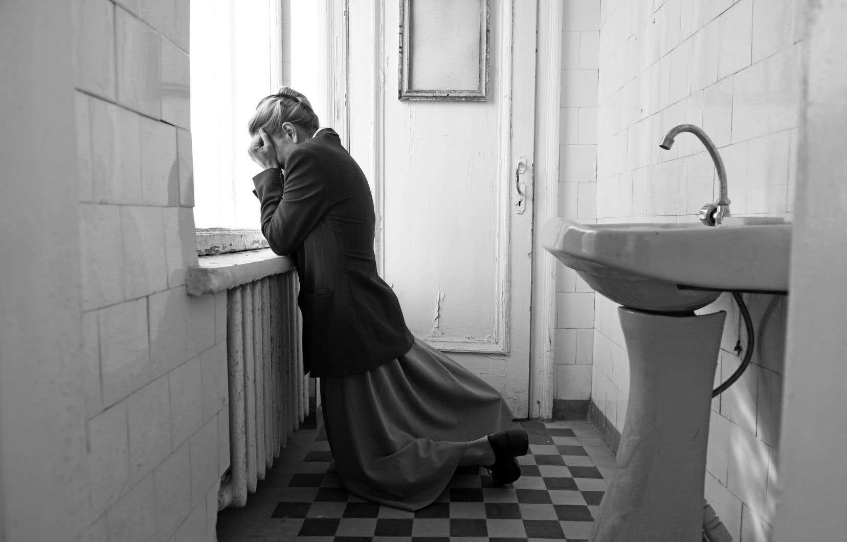 Outre son cachet en phase avec l'époque, le noir et blanc du film offre un écho visuel à la mentalité et aux agissements montrés.