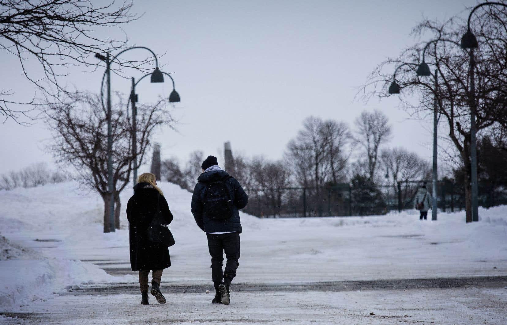 La distance ne fait pas mal qu'aux postillons. La conversation a perdu de sa fluidité.