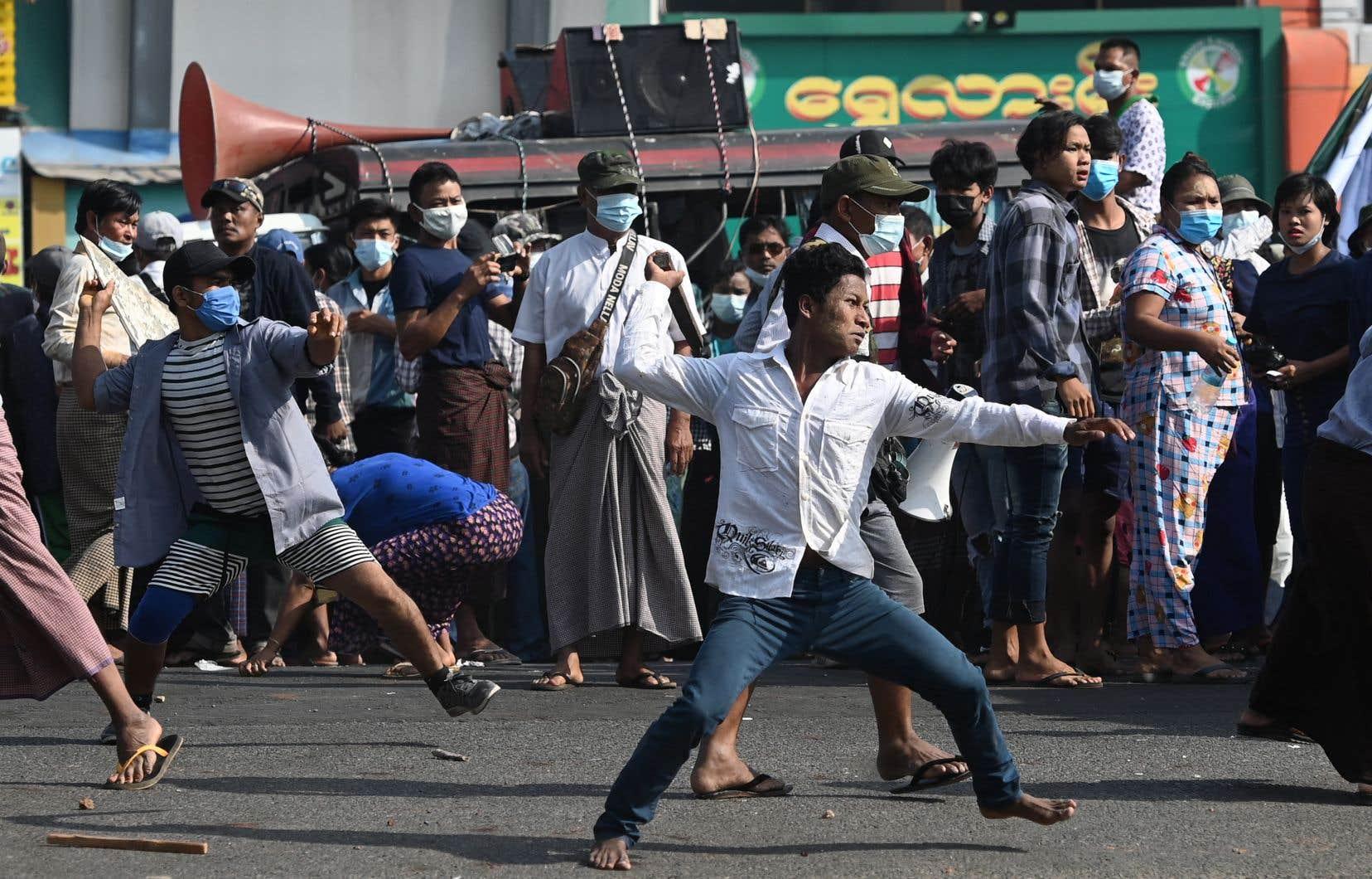 Après une montée des tensions dans le centre-ville de Rangoun, des affrontements ont éclaté. Des partisans des militaires — certains armés de bouts de tuyaux ou de couteaux, ou faisant usage de lance-pierres — se sont retournés contre les habitants qui les huaient.