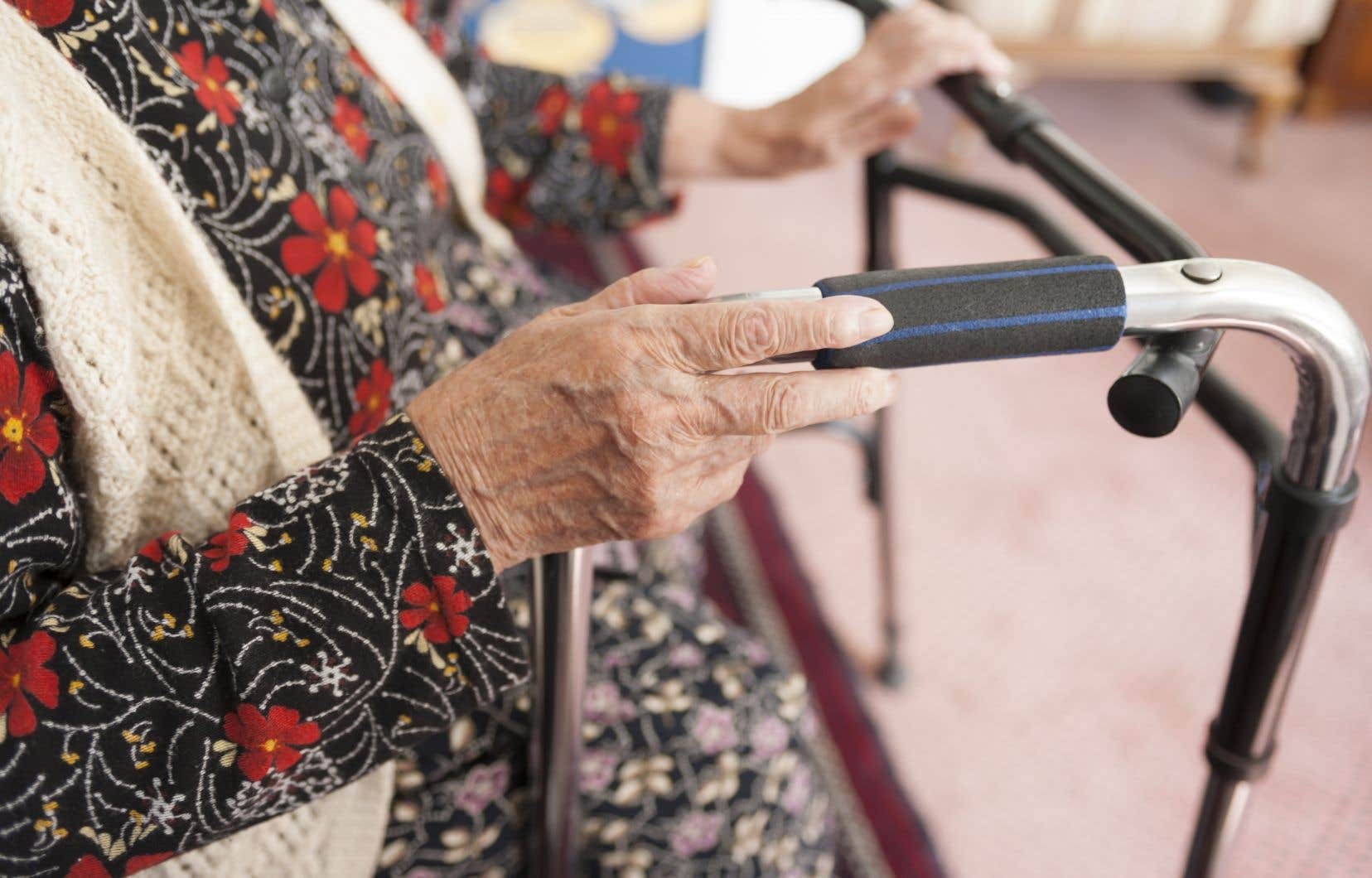 Depuis janvier 2021, plus de 660 décès ont été rapportés à domicile, majoritairement des personnes âgées, soit plus que dans l'ensemble des CHSLD (531), et que dans les résidences pour aînés (495).