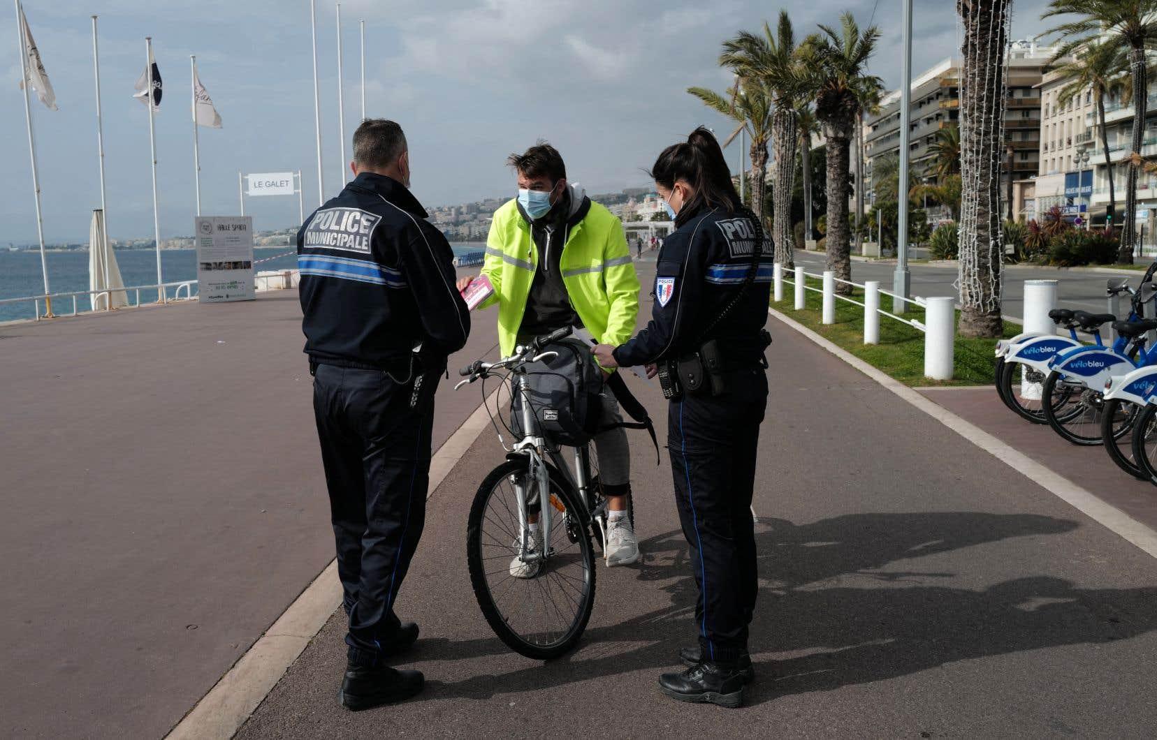 À Dunkerque, les forces de l'ordre étaient déployées et des «ambassadeurs des gestes barrière» recrutés par la mairie proposaient masques et gel sur le marché bondé où un sens de circulation est imposé.