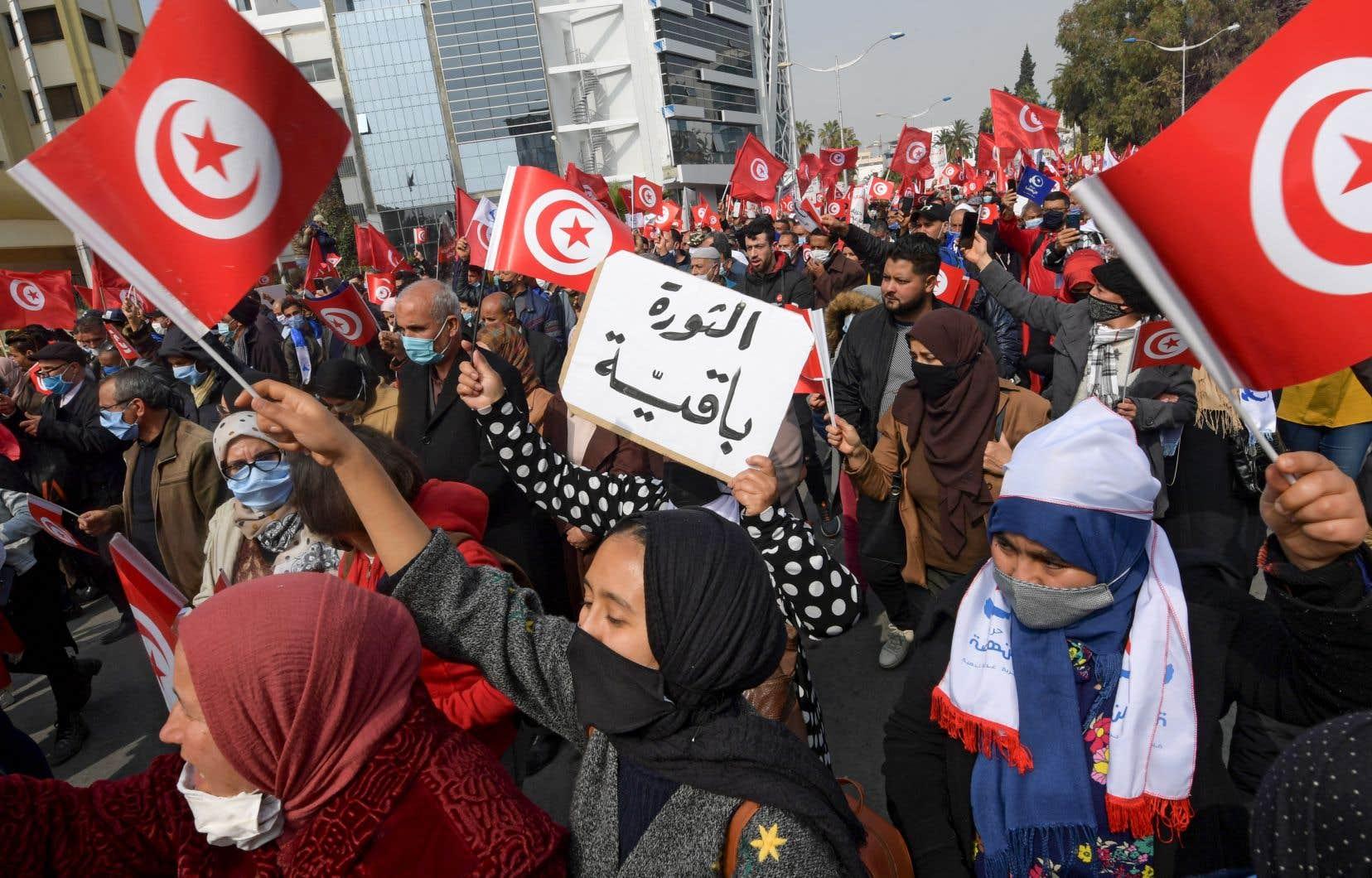 «Le peuple veut l'unité nationale», ont scandé des partisans d'Ennahdha, agitant des drapeaux à Tunis.