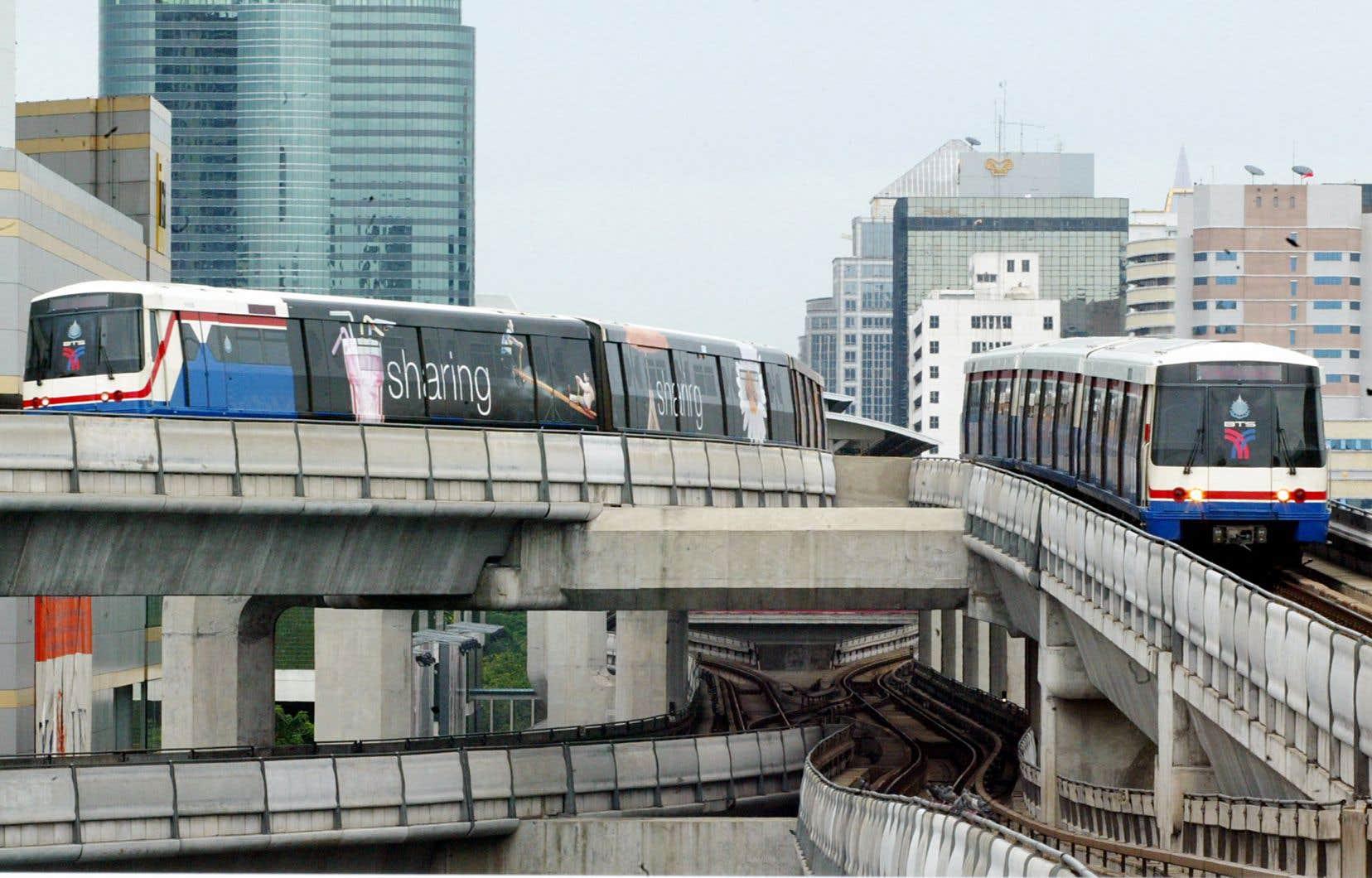 Le train aérien de la capitale thaïlandaise, surnommé le Bangkok Mass Transit System (BTS), serpente dans une partie de la ville, le long de hautes structures bétonnées.