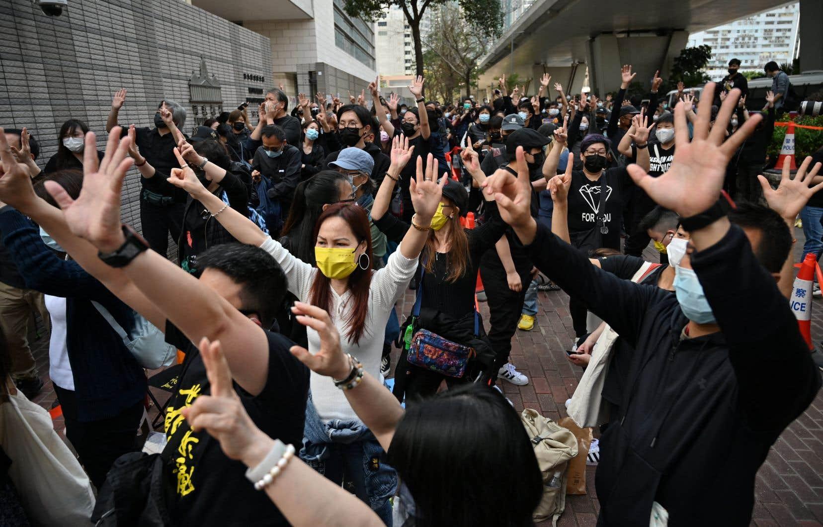 «Libérez les prisonniers politiques», «Libérez Hong Kong, la révolution de notre temps», scandaient des protestataires, un slogan qui est désormais illégal en vertu de la loi sur la sécurité nationale.