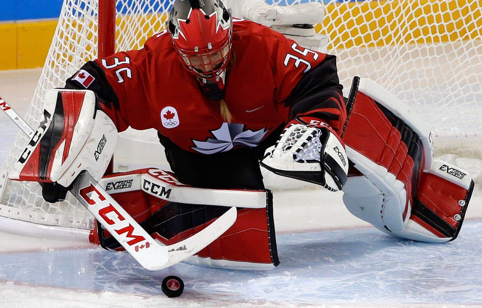 Hockey Canada a invité 35 joueuses, dont 5 Québécoises, à participer à un camp d'entraînement de sept jours à Halifax. En photo, la gardienne Ann-Renée Desbiens.