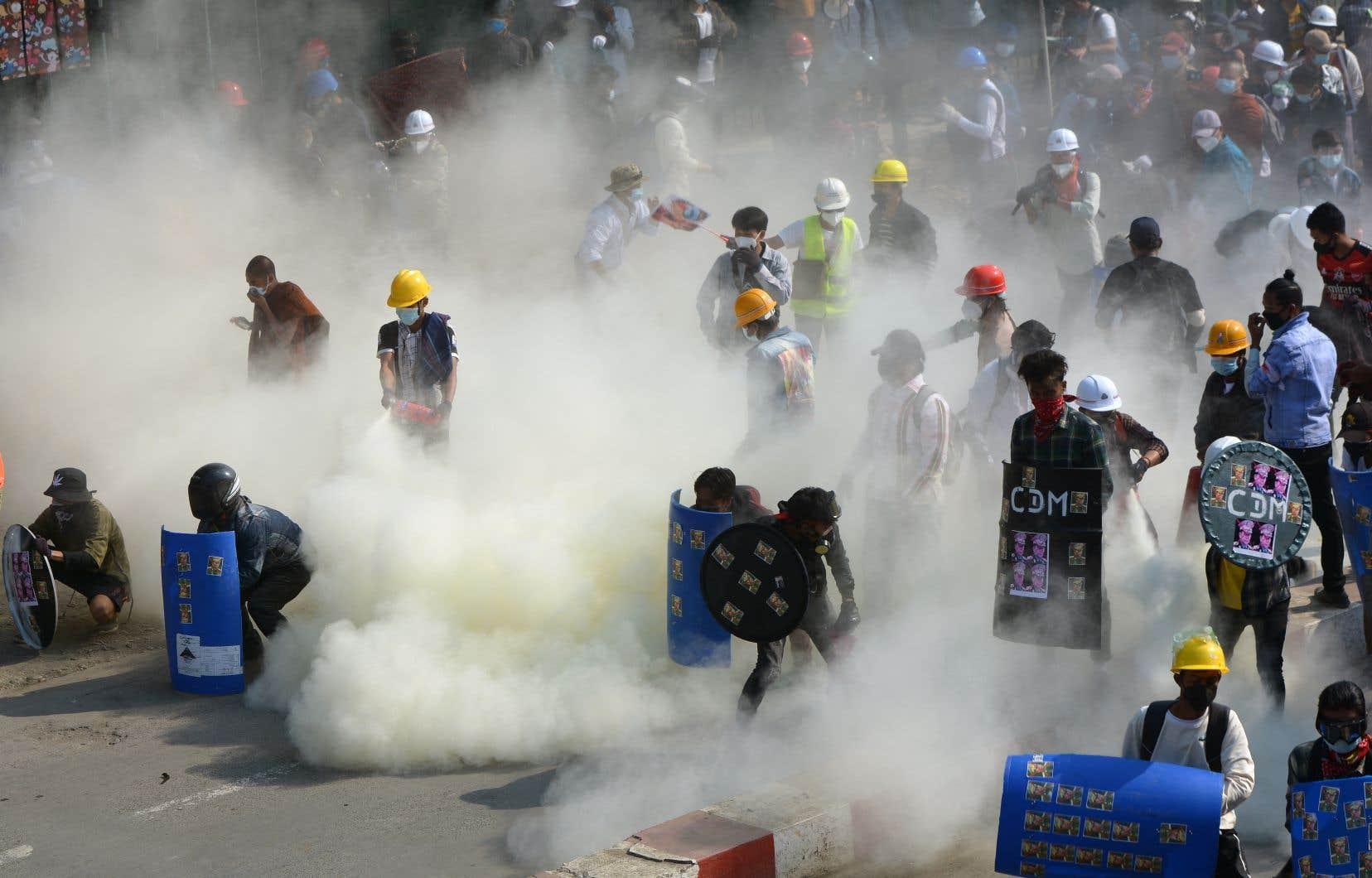 À Kale, dans le nord-ouest du pays, «une vingtaine de personnes ont été blessées» par la police et l'armée venues disperser un rassemblement, selon un secouriste.