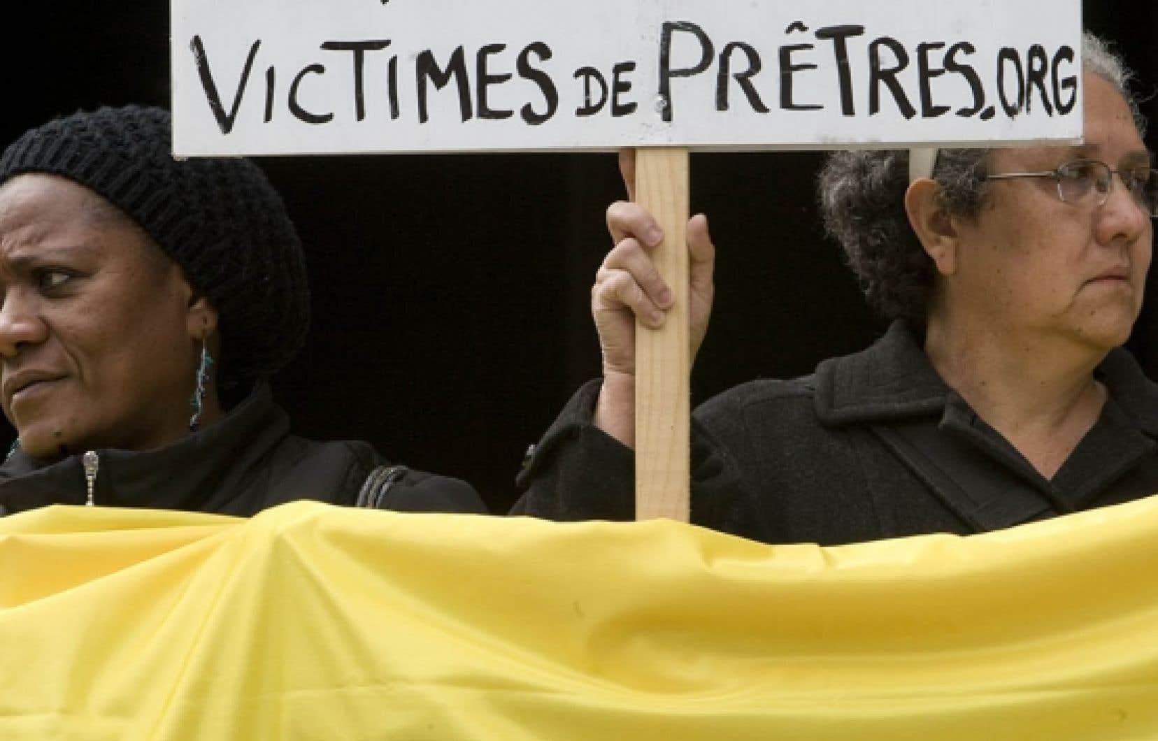 Des victimes d'agressions sexuelles ont manifesté hier devant le palais de Justice de Montréal.<br />