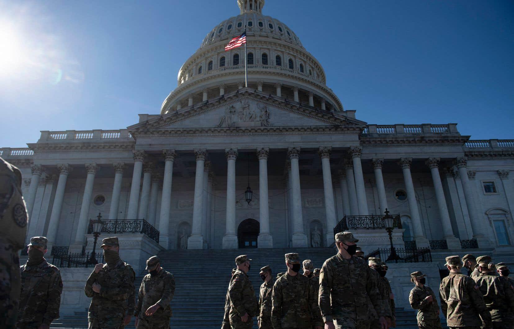 La sécurité avait déjà été réhaussée au Capitole depuis l'émeute du 6 janvier. Sur la photo, des membres de la garde nationale américaine, devant le bâtiment, le 2 mars.