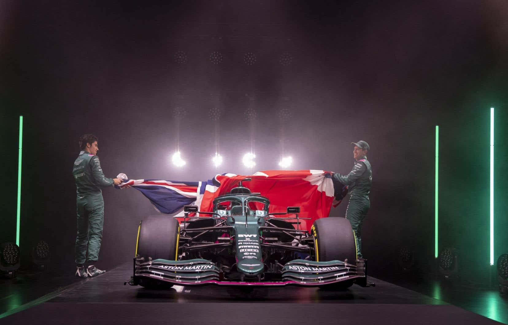 Le dévoilement de la voiture, diffusé en ligne depuis l'usine de la nouvelle équipe à Silverstone, s'est déroulé en compagnie de Lance Stroll, de son nouveau coéquipier Sebastian Vettel, du propriétaire Lawrence Stroll et du directeur de l'équipe Otmar Szafnauer.