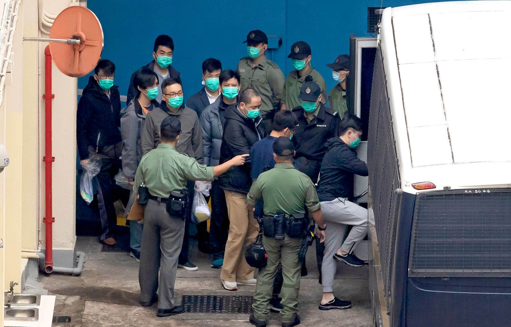 Les 47 personnes envoyées jeudi derrière les barreaux représentent un large spectre de l'opposition hongkongaise. Sur la photo, certains d'entre eux, lors de leur transfert en prison.