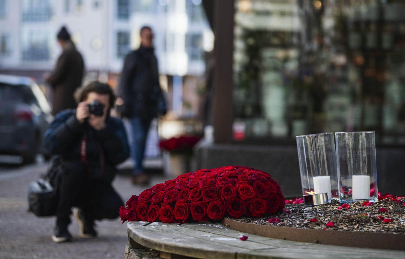 Un bouquet de roses rouges et des bougies ont été placés près des lieux d'une des agressions.