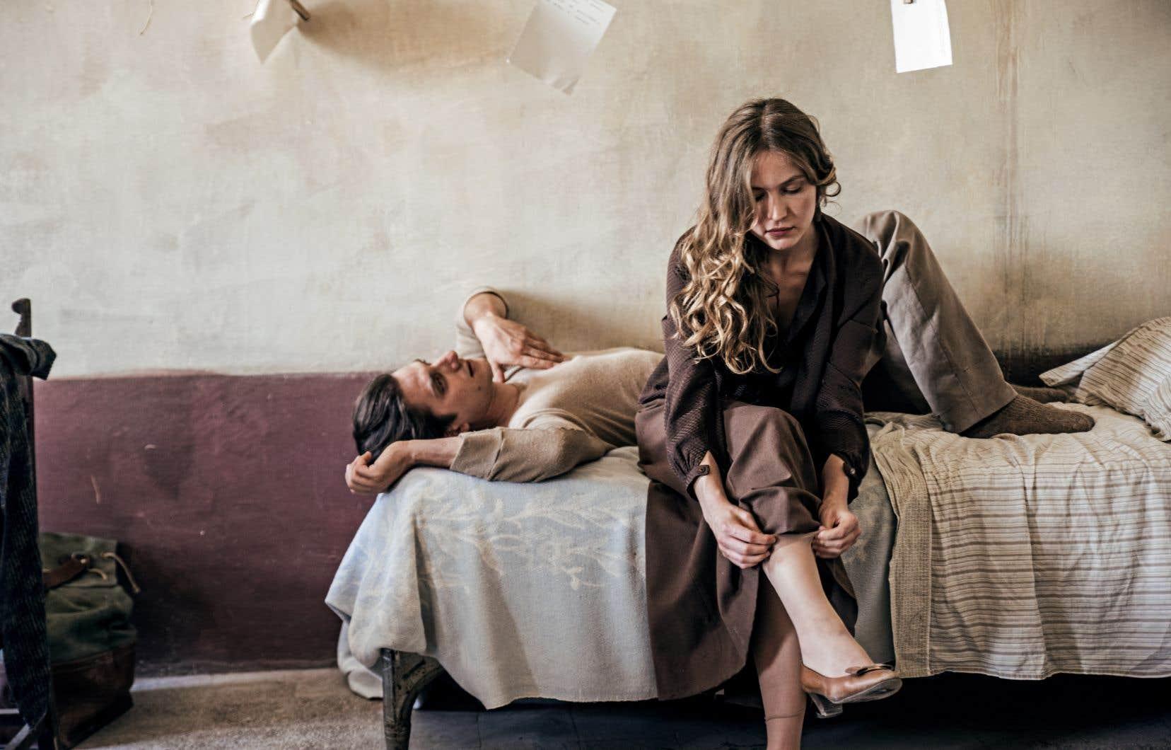 Luca Marinelli dans le rôle de Martin Eden, et Jessica Cressy dans le rôle d'Elena Orsini