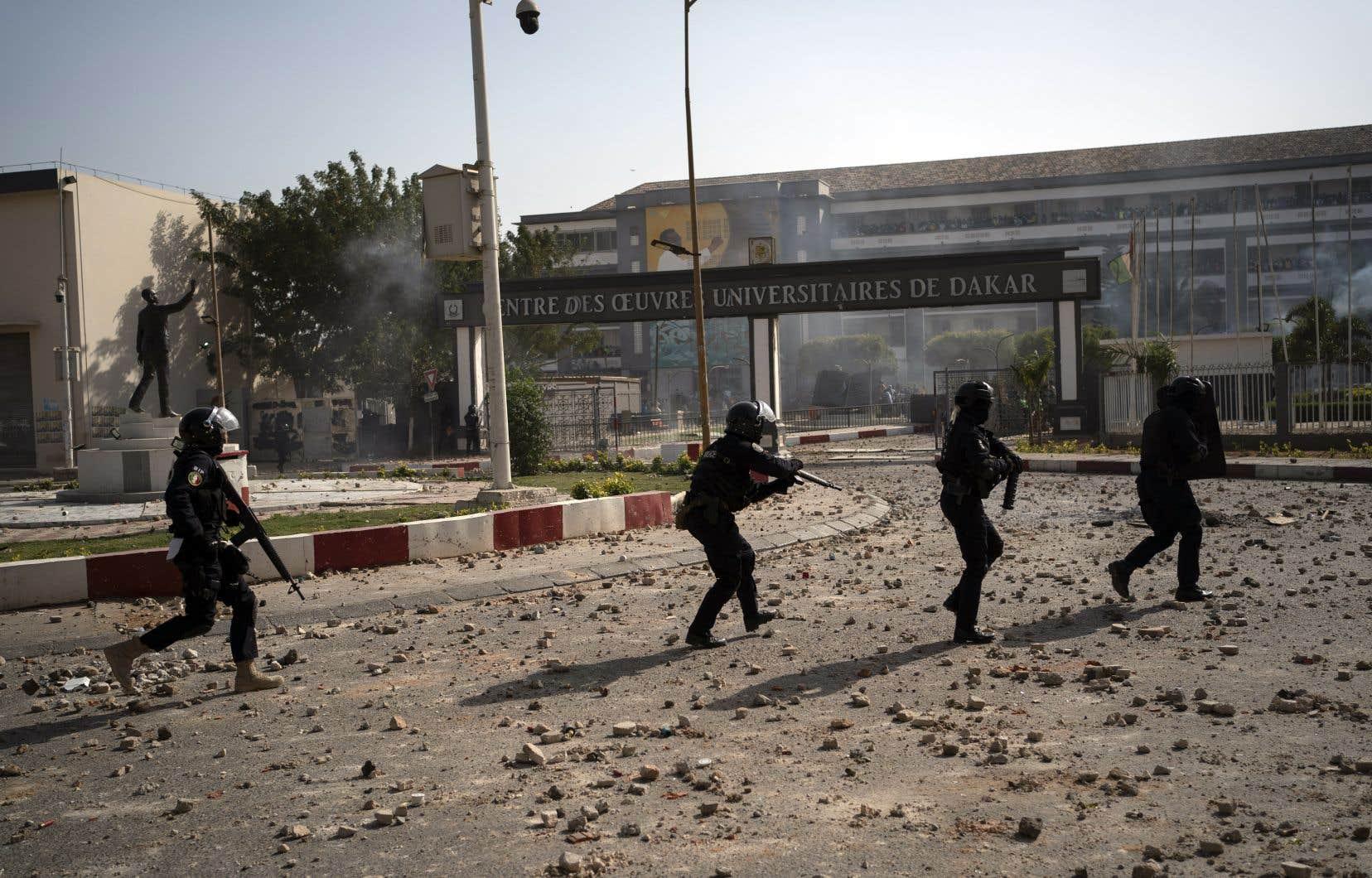 À Dakar, des groupes de jeunes et les forces de l'ordre avaient échangé mercredi des jets de pierres et des tirs de gaz lacrymogènes.