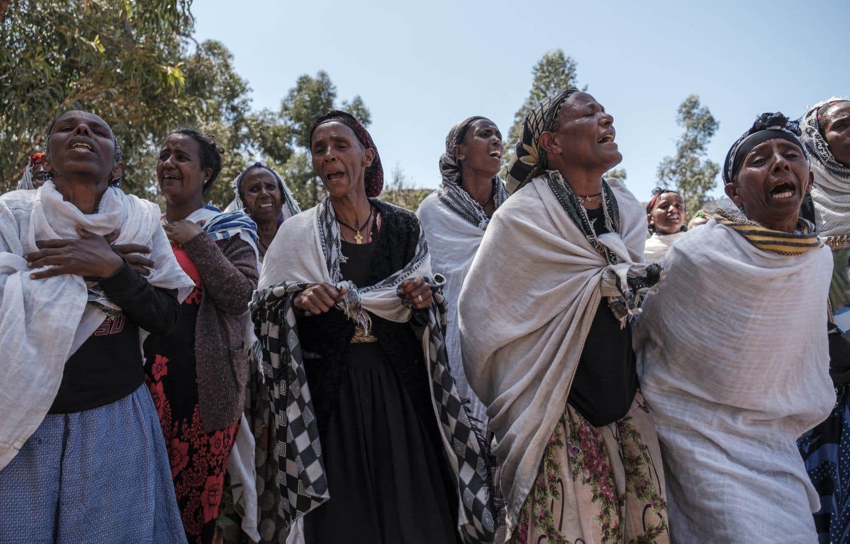 Des femmes pleurent les victimes d'un massacre qui aurait été perpétré par des soldats érythréens dans le village de Dengolat, au nord de Mekele, la capitale du Tigré, le 26 février.