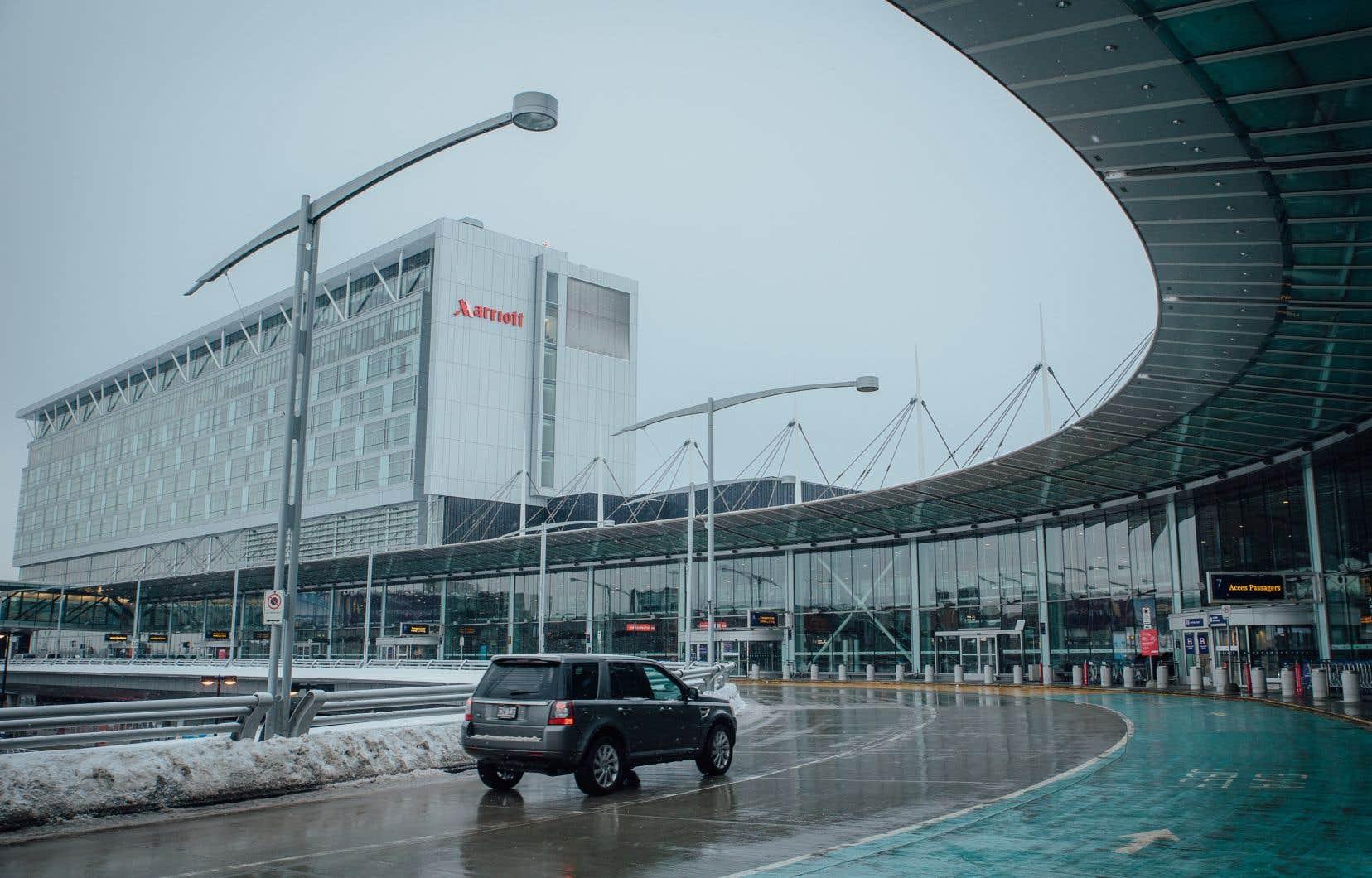 À leur arrivée au Canada, dans un des quatre aéroports internationaux désignés par le gouvernement fédéral, les voyageurs sont tenus de présenter leur plan de quarantaine aux agents frontaliers avant de se rendre à leur hôtel de quarantaine.