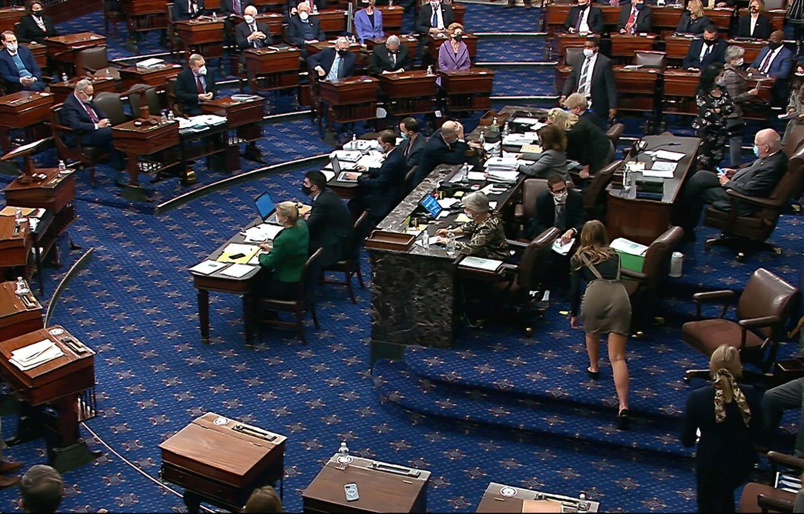 Le projet de loi a été adopté grâce aux seules voix des sénateurs démocrates, par 50 votes contre 49.