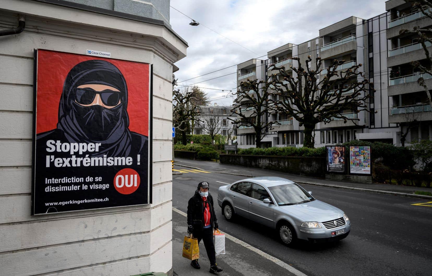 Le texte n'évoque ni la burqa, ni le niqab, mais les affiches de campagne ne laissaient pas de doute sur l'objet du référendum.