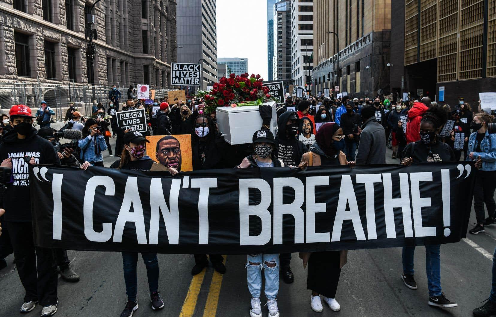 Dans le cortège, plusieurs manifestants ont dit craindre que Derek Chauvin sorte libre du procès, et prévenu que cela ne serait pas sans conséquences.