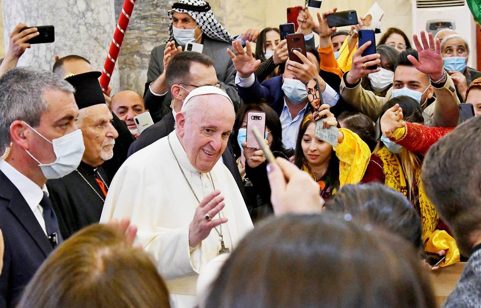 Le pape François a été accueilli par une foule en liesse à l'église syriaque catholique de l'Immaculée Conception.