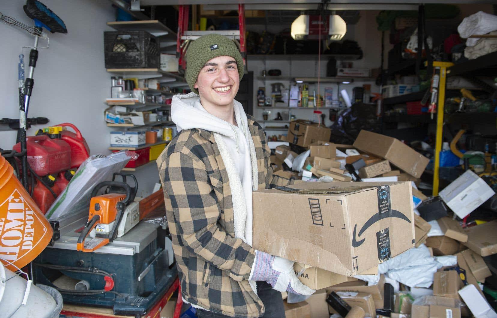 Maxime Francœur, un entrepreneur âgé de 18ans, a procédé samedi à Longueuil à sa deuxième vente de «boîtes-mystères d'Amazon Canada».