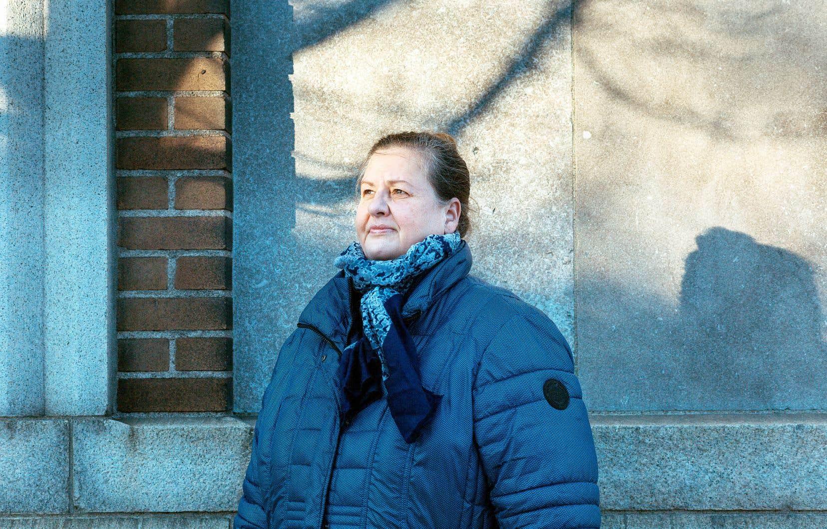 Manon Monastesse, directrice générale de la Fédération des maisons d'hébergement pour femmes, tiendra lundi une conférence de presse avec les représentantes des partis d'opposition à Québec pour interpeller le gouvernement sur les besoins criants des établissements d'hébergement.