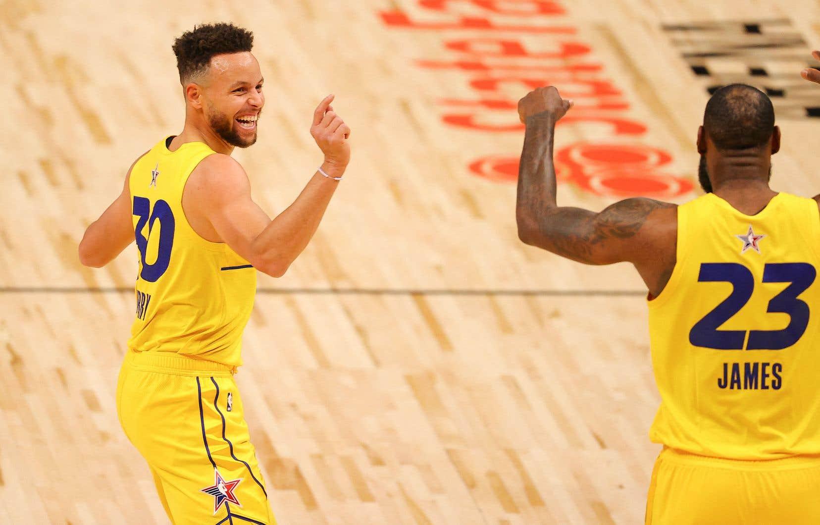 James a sélectionné ses deux anciens adversaires,Giannis Antetokounmpoet Stephen Curry (en photo, à gauche) pour créer une équipe dominante qui n'a donné aucune chance à la formation de Durant.