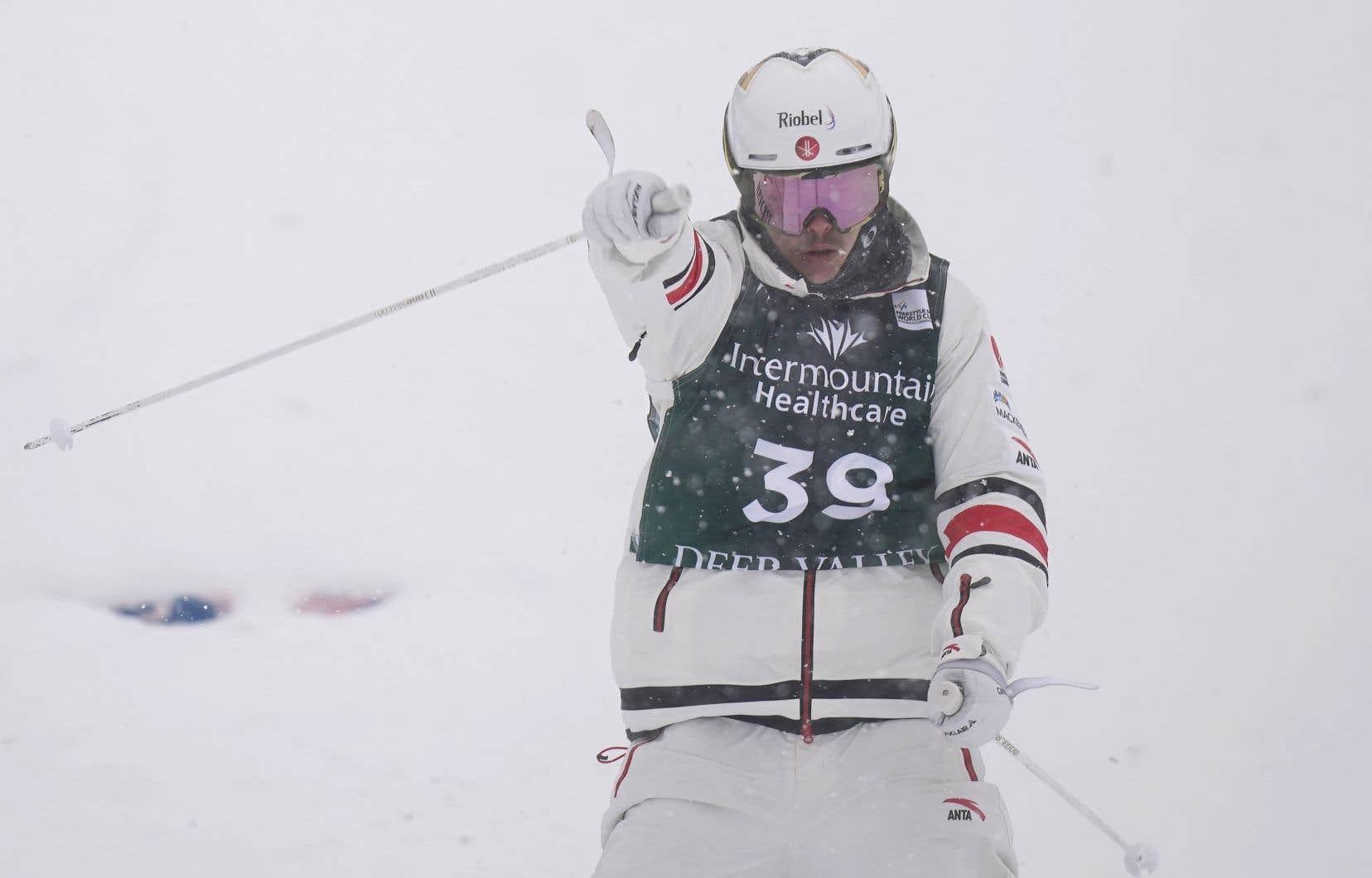 À 28ans, Mikaël Kingsbury ajoute un cinquième titre mondial à son palmarès, un troisième en bosses individuelles après ceux à Deer Valley en 2019 et à Voss en Norvège en 2013. On le voit ici à Deer Valley en 2021.