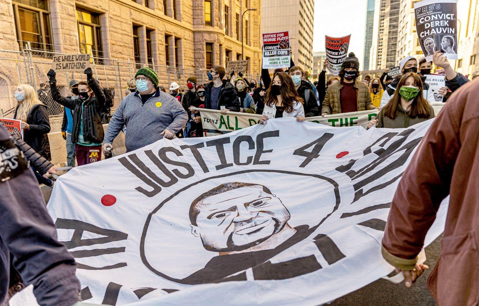 Lundi, des centaines de personnes se sont réunies à Minneapolis pour dénoncer la violence policière.