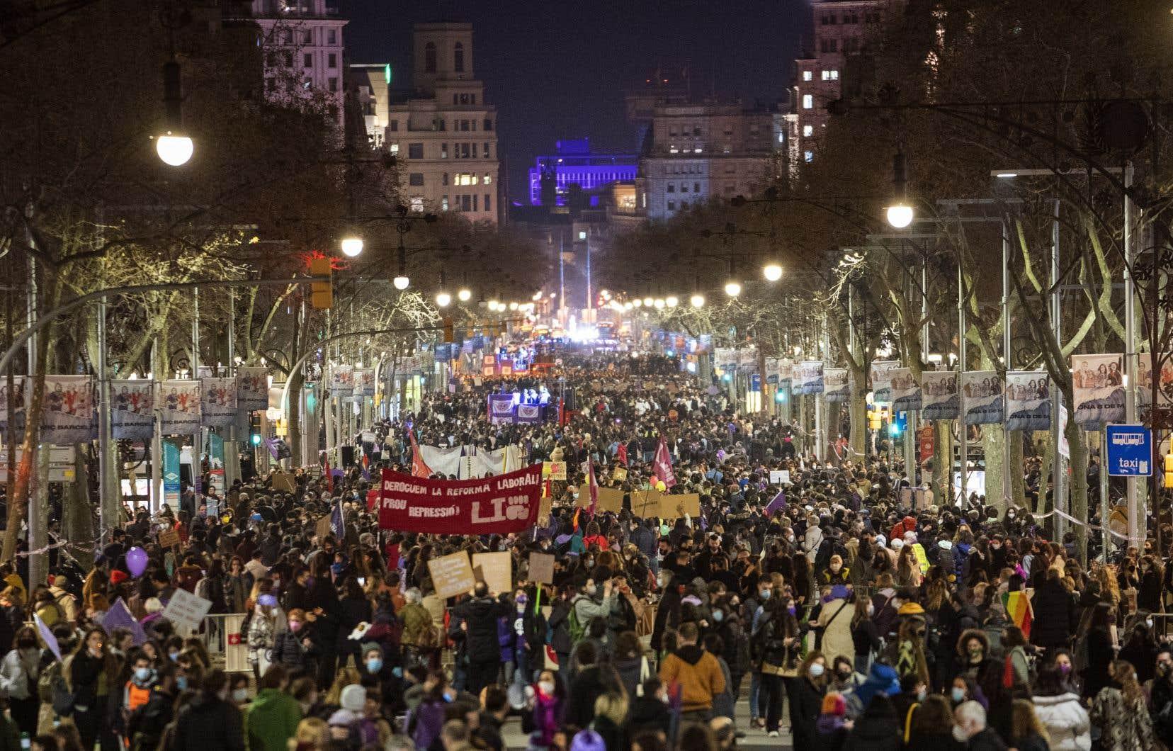 Des dizaines de milliers de femmes, bravant la COVID-19, se sont mobilisées lundi pour défendre leurs droits à travers le monde, de l'Amérique latine à l'Europe en passant par l'Asie, à l'occasion de la Journée internationale des droits des femmes.